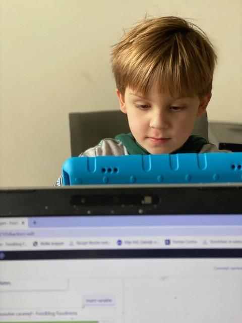 Thuis les geven en schoolwerk maken