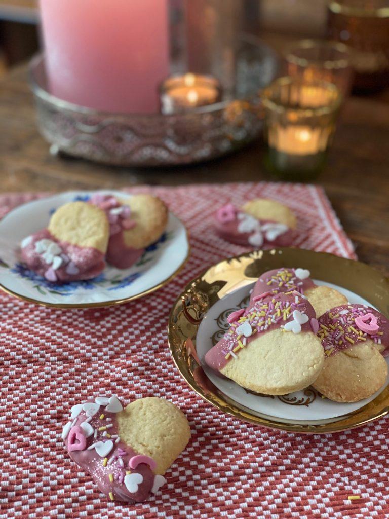 Valentijnsdag koekjes bakken: Hartjes koekjes met roze chocolade - Recept voor Valentijnsdag van Foodblog Foodinista