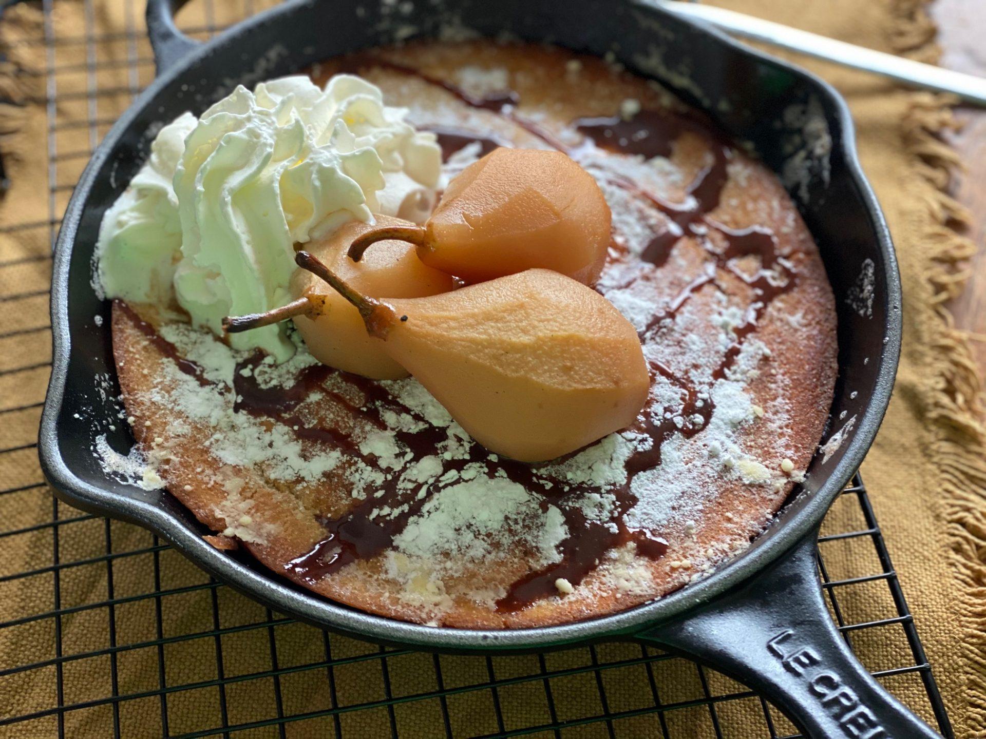 Dutch baby met stoofpeertjes in Licor 43 met chocoladesaus - Recept van Foodblog Foodinista