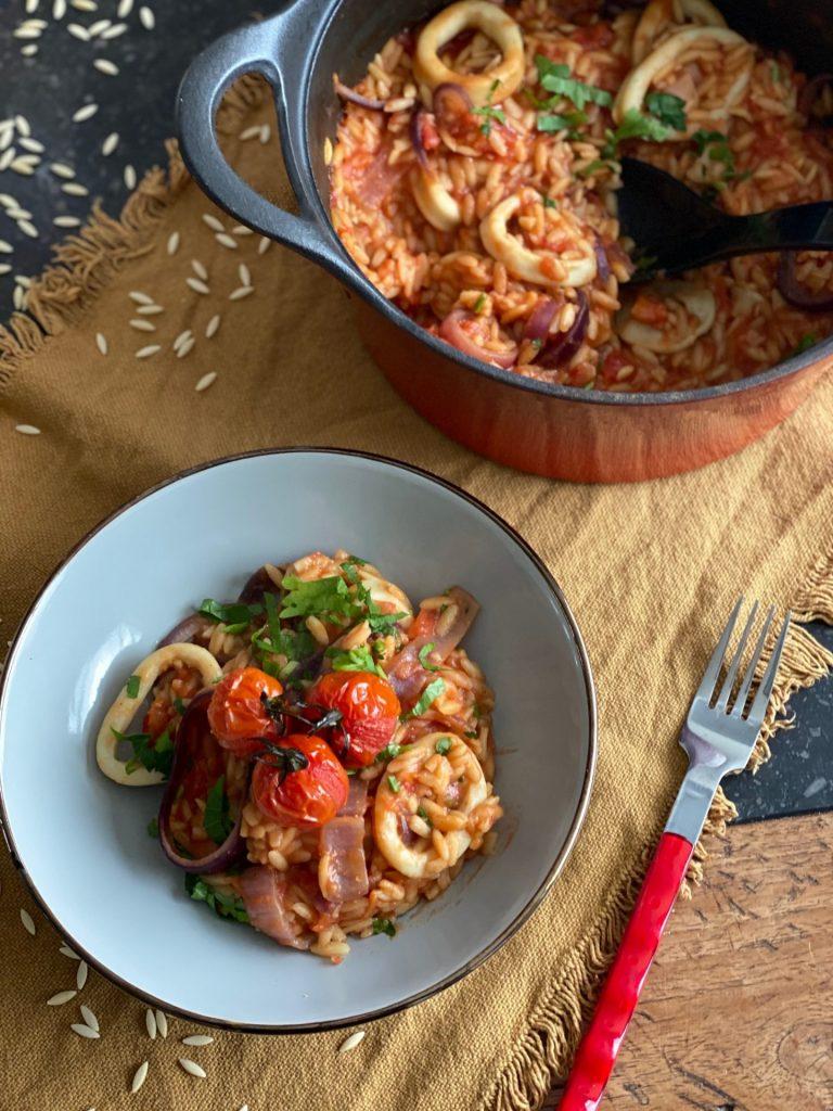 Grieks stoofpotje met orzo met Inktvis in tomatensaus - Orzo recept van Foodblog Foodinista