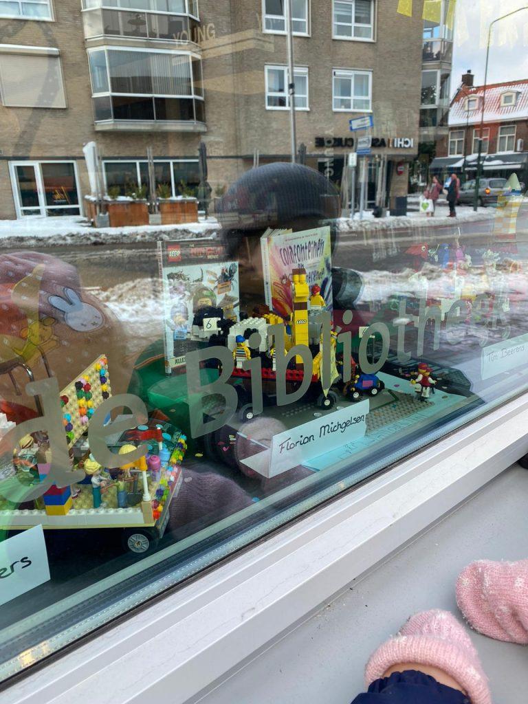Lego wagen opgesteld in de Bibliotheek