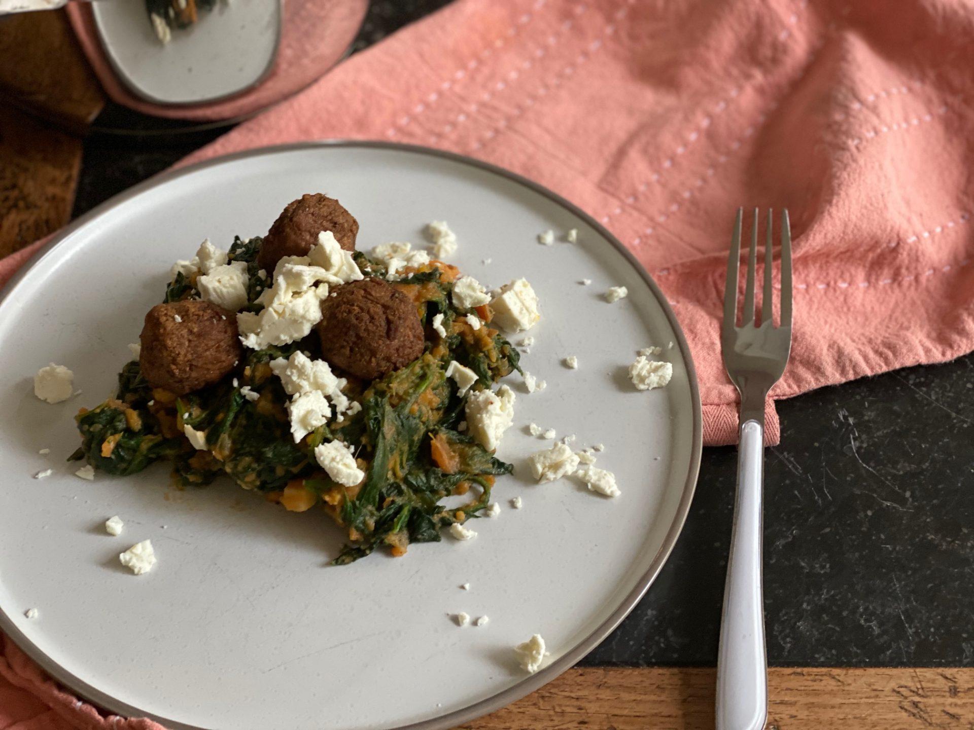 Spinaziestamppot recept met zoete aardappel, feta en vega balletjes - Foodblog Foodinista
