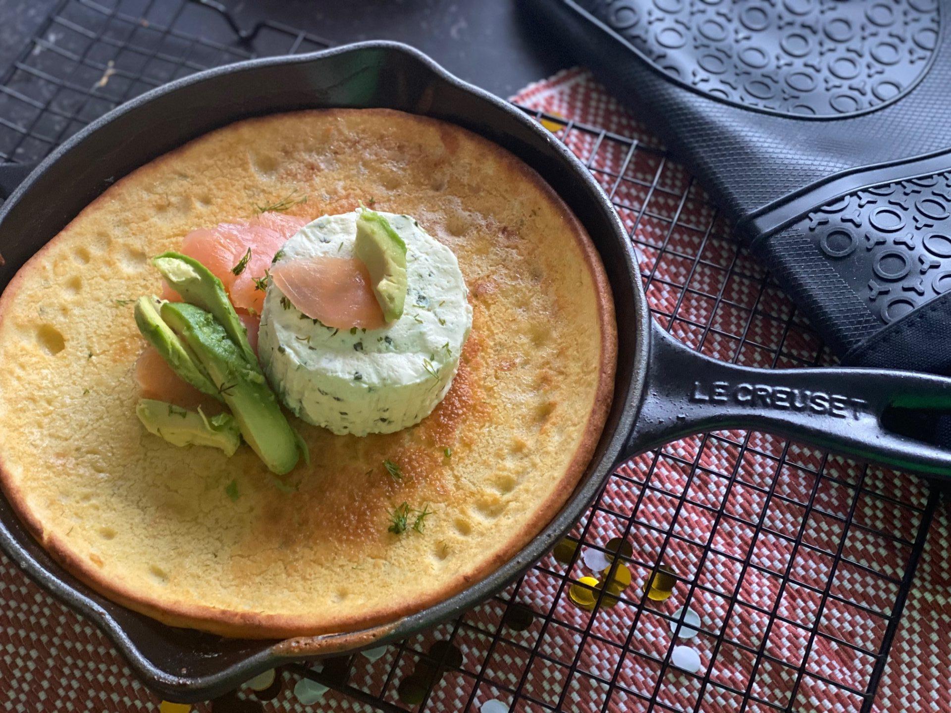 Hartige Dutch Baby met zalm, avocado en kruidenkaasje