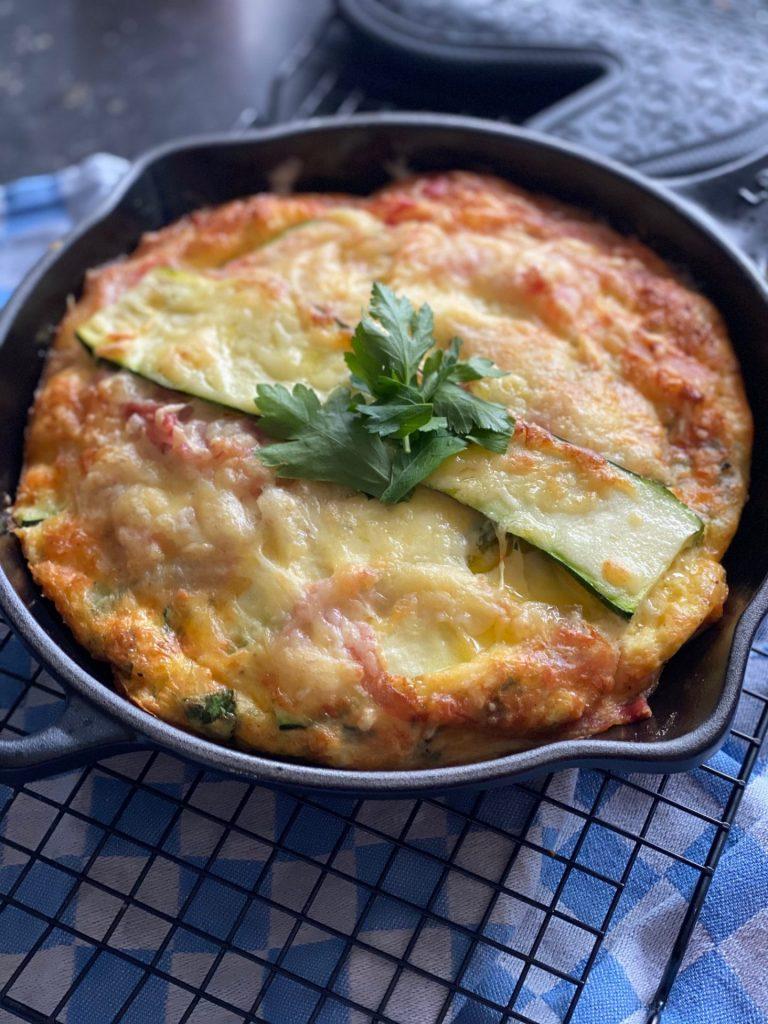 Omelet met spek, kaas en courgette - Ovenschotel recept van Foodblog Foodinista