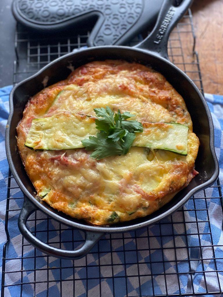 Courgette omelet uit de oven met Gruyere kaas en spek - Foodblog Foodinista recepten
