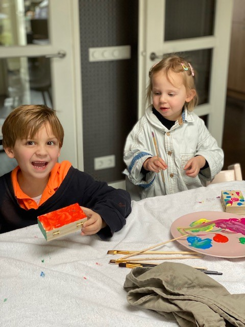 Gietverf schilderijen maken - Knutselen met kinderen