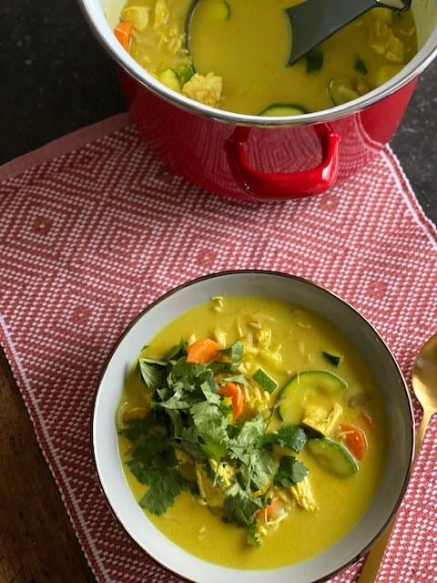 Kerrie kippensoep met kokos en groente - Foodblog Foodinista