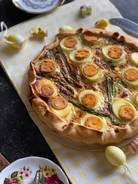 Hartige taart met groene asperges, ei en gruyere kaas - Recept van Foodblog Foodinista