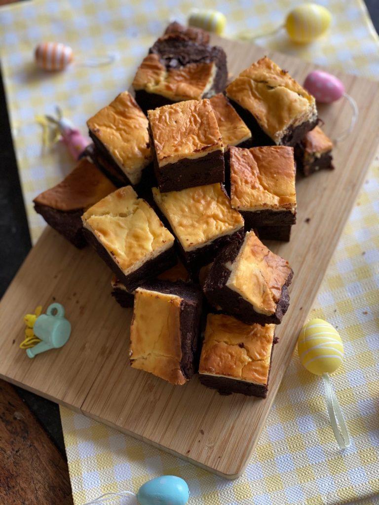 Cheesecake brownies met advocaat voor Pasen - Bakrecepten Foodblog Foodinista