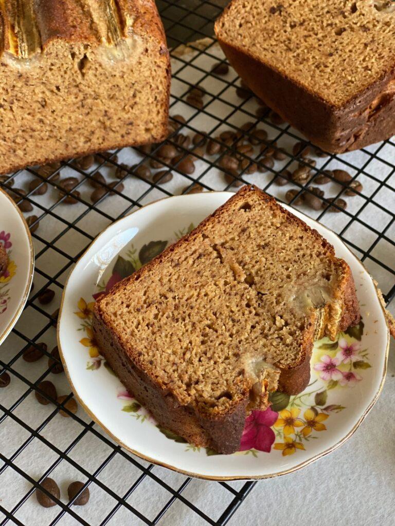 Bananenbrood met chocolade en koffie een lekkere kick-start in de ochtend - Foodblog Foodinista