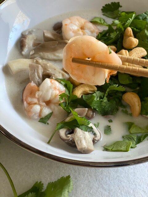 Thaise kokossoep met garnalen en paddenstoelen - Foodblog Foodinista
