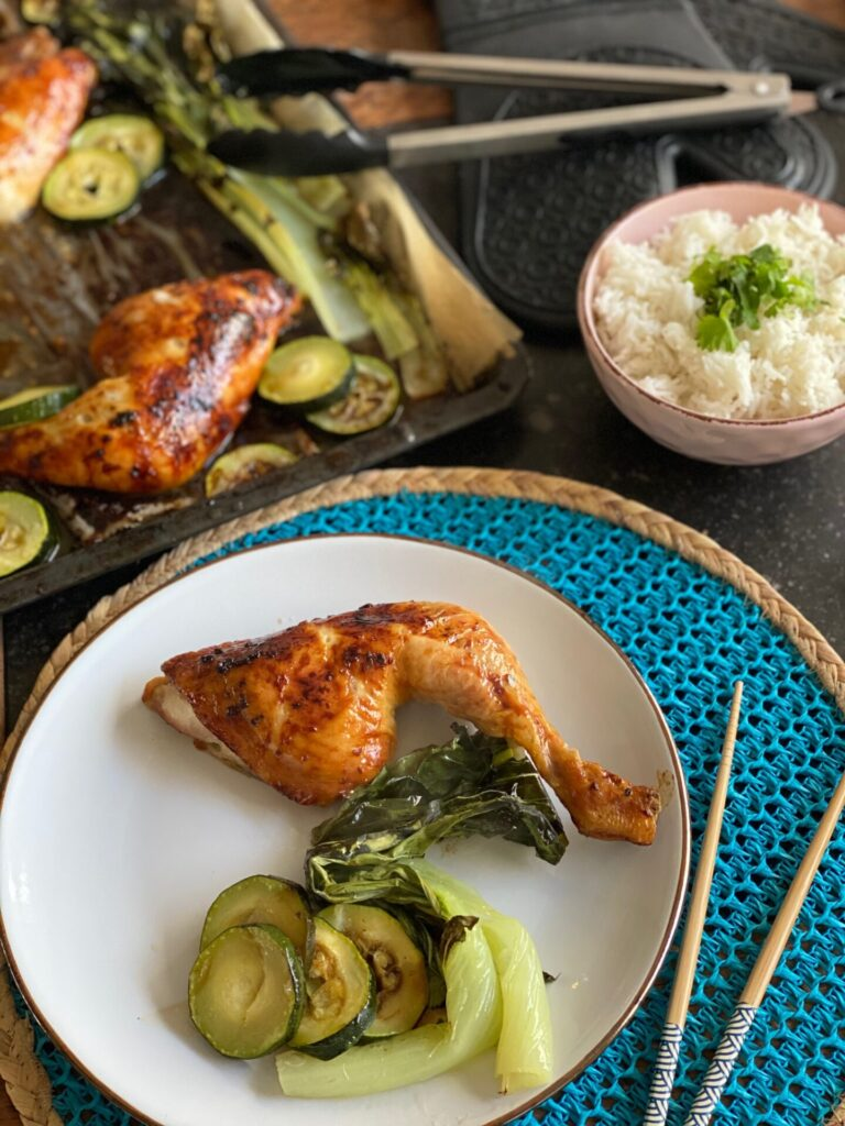 Japanse sticky kip bakplaat met paksoi en courgette - Foodblog Foodinista