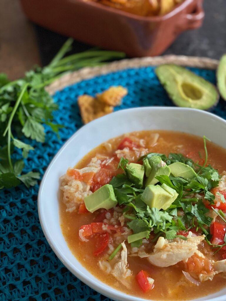 Mexicaanse kippensoep met frisse groente - Foodblog Foodinista