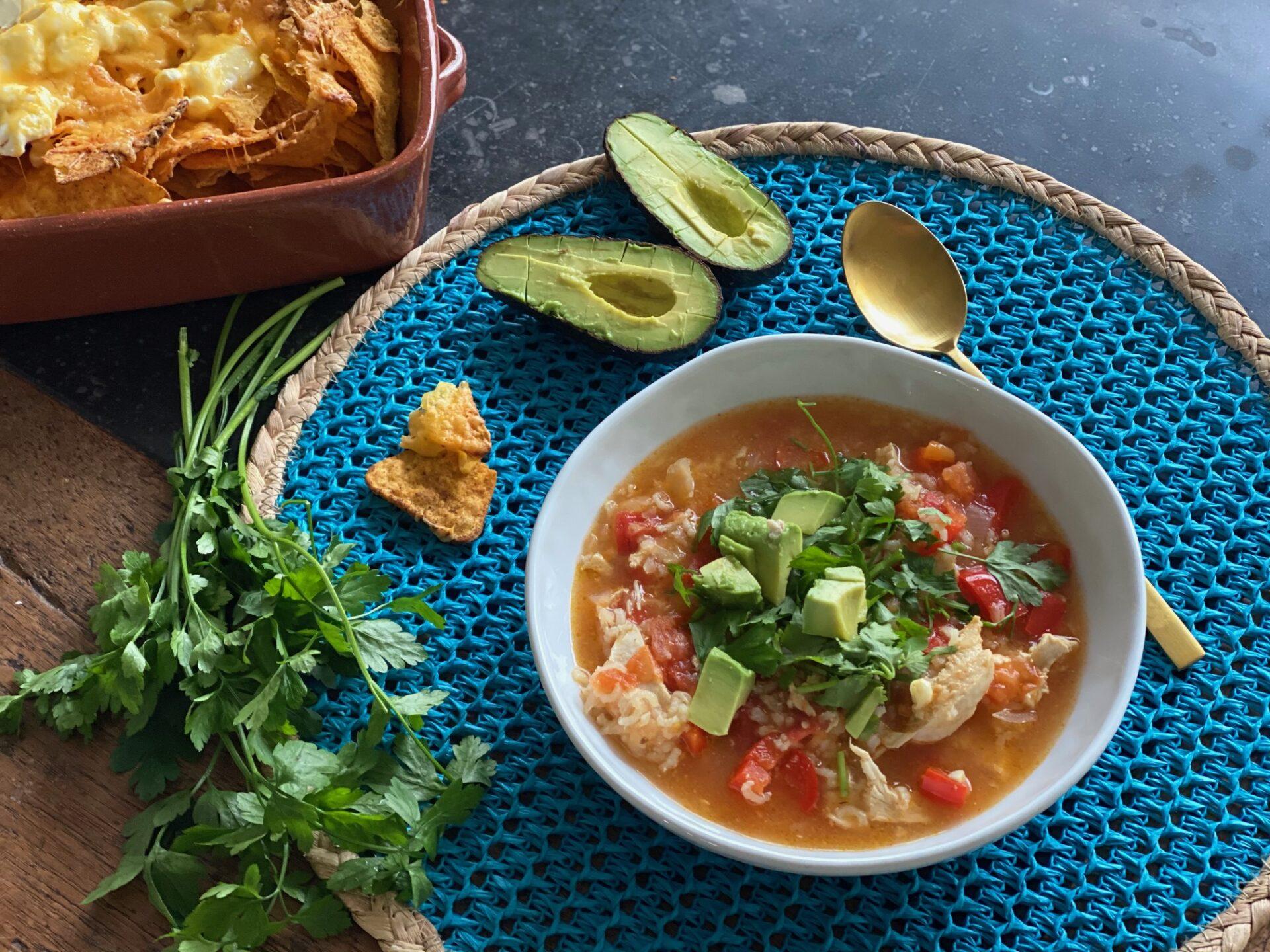 Mexicaanse kippensoep recept met frisse groente zoals tomaat, paprika en avocado - Foodblog Foodinista