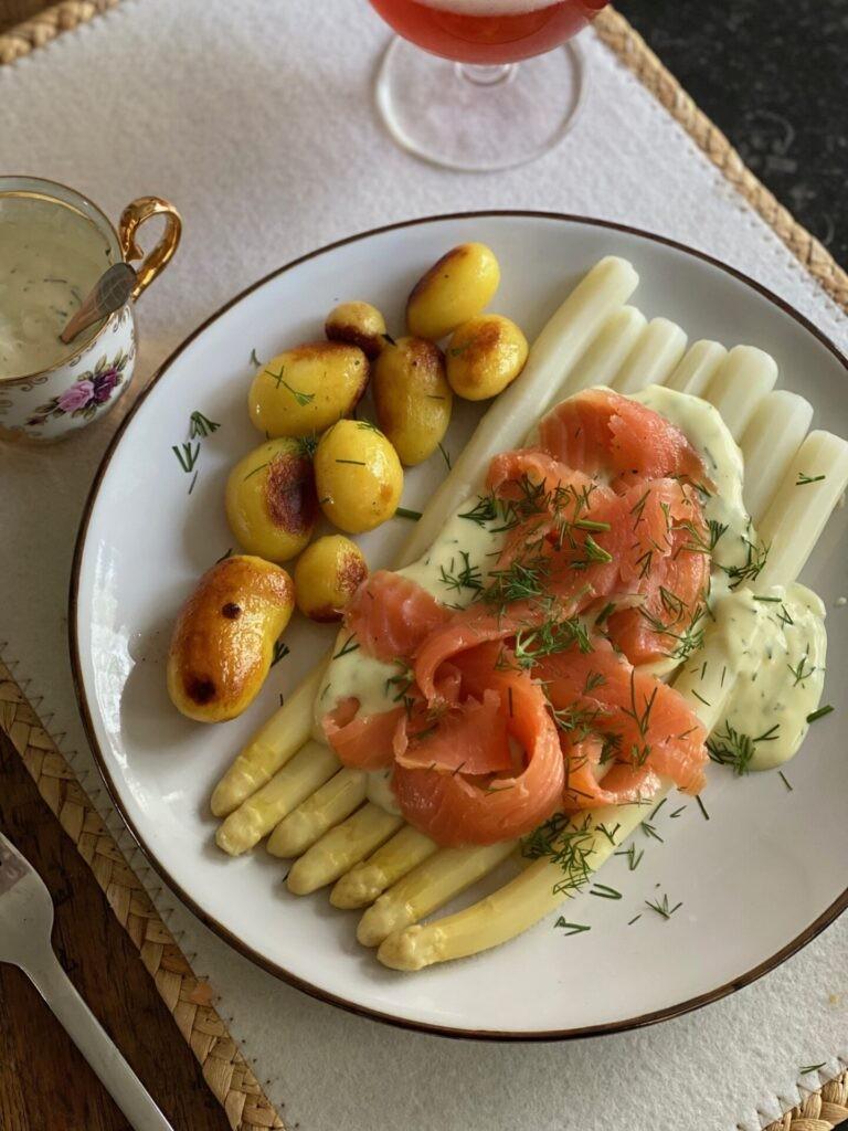 Asperges met gravad lax, kruiden roomsaus en aardappeltjes - Asperge recepten van Foodblog Foodinista