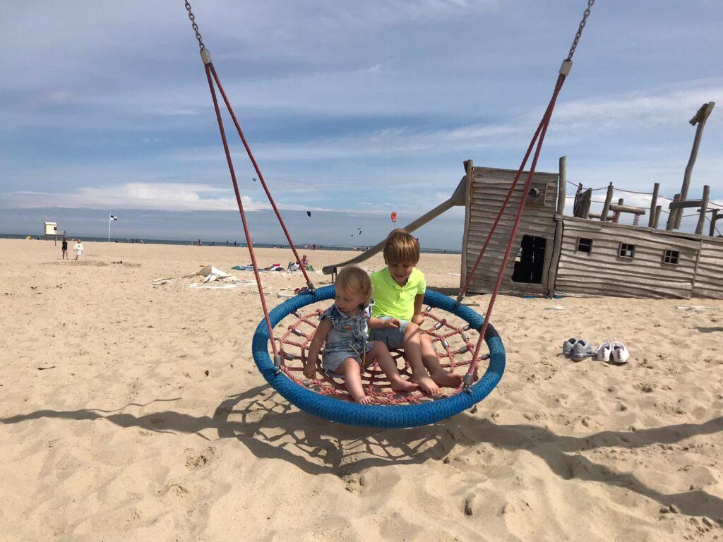 Spelen op het strand bij Beachclub Lekker