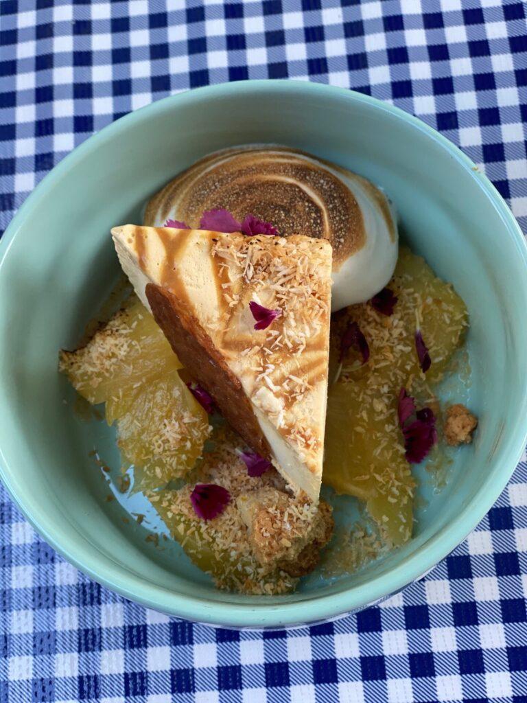 Merengue dessert met rabarber van de houtzaagwerf in kortgene - Restaurant tips in Zeeland