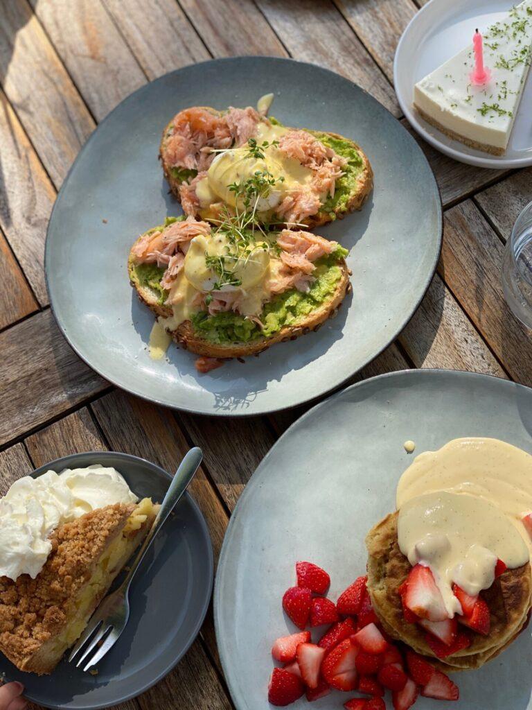 Ontbijten bij De Juf in middelburg met pancakes en toast met gepocheerde eieren, zalm en avocado - Koffie, taart en ontbijt tips in Middelburg van Foodinista