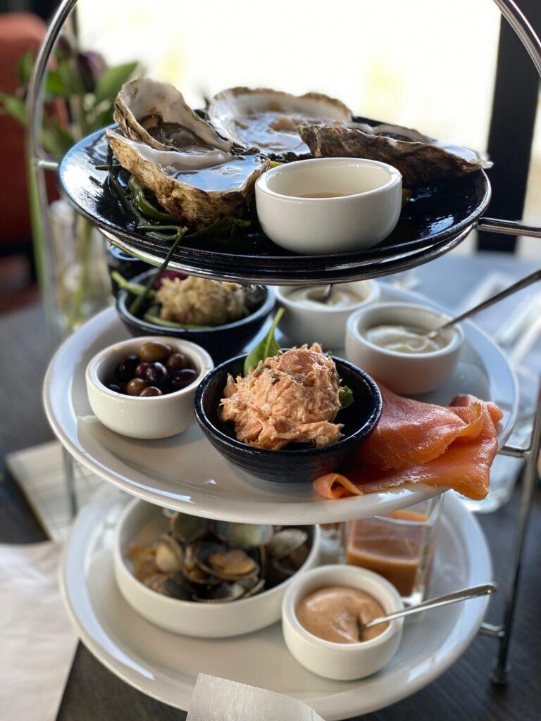 Vis etagiere bij Seafarm in Kamperland Zeeland - Verse vis eten in Zeeland bij restaurant met mooi uitzicht