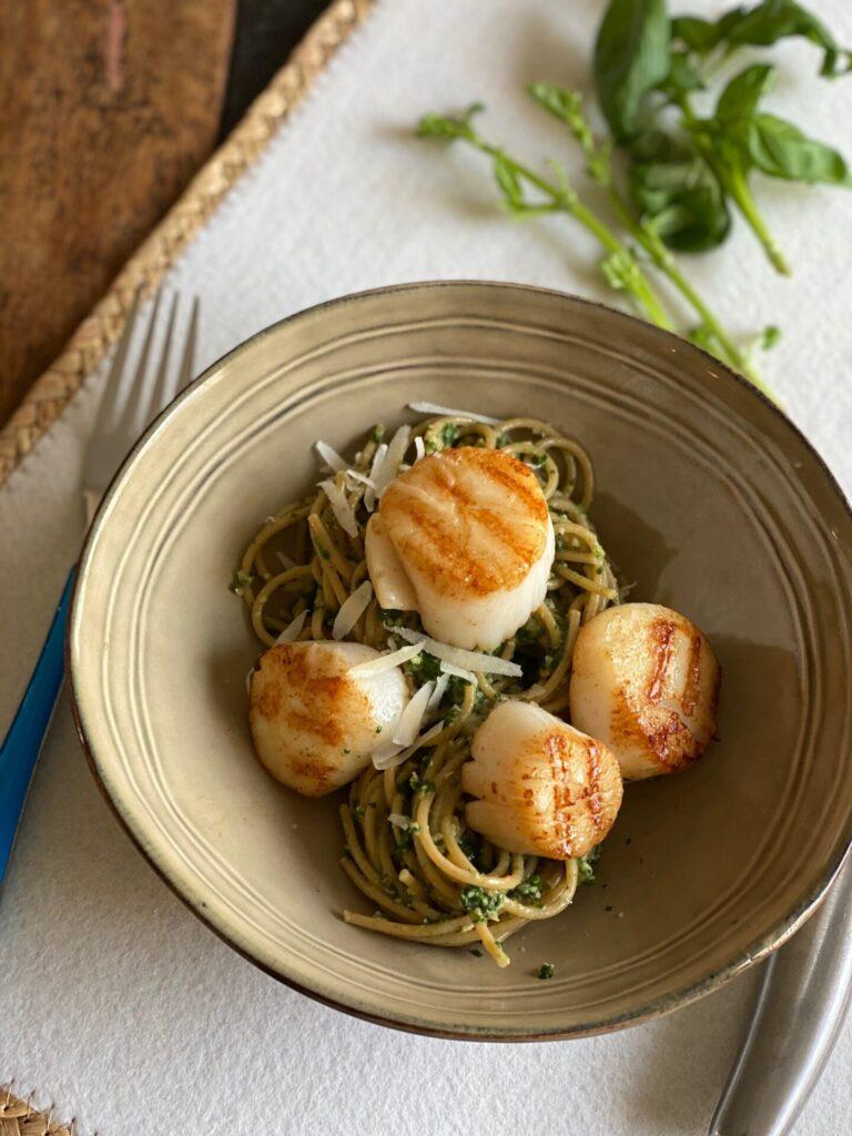 Spinaziepesto maken met spaghetti en coquilles - Pastarecept met coquilles van Foodblog Foodinista