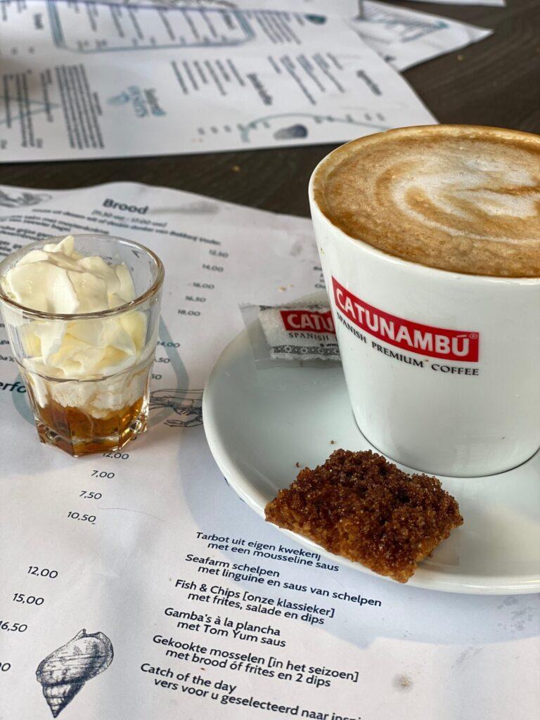 Koffie met boterbabbelaar likeur en boterbabbelaar koekjes bij Seafarm