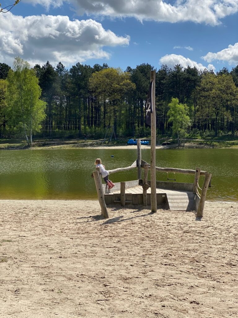 Strand met piratenschip bij Joy Time - Vakantie tips met kinderen met Drenthe