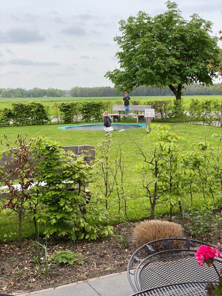 IJs eten en lunchen bij IJssalon talenti met trampoline in de tuin - Vakantie tips in Drenthe - Lekker eten en drinken tips