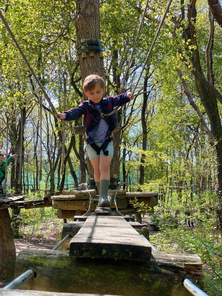 Klimmen met kinderen bij klimpark in Drenthe - Vakantie tips in Drenthe met kinderen