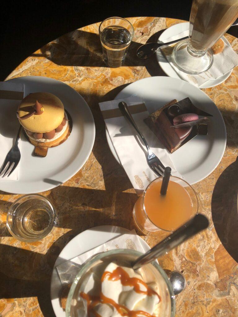 Taart eten in Boedapest bij Koffiehuis Gerbeaud - Eten en drinken tips in Boedapest
