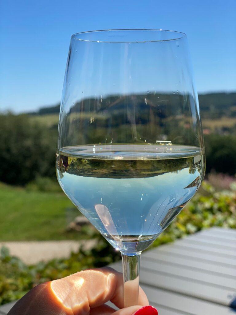 Lunchen in Vaals - Glaasje wijn met uitzicht over Limburgse heuvels