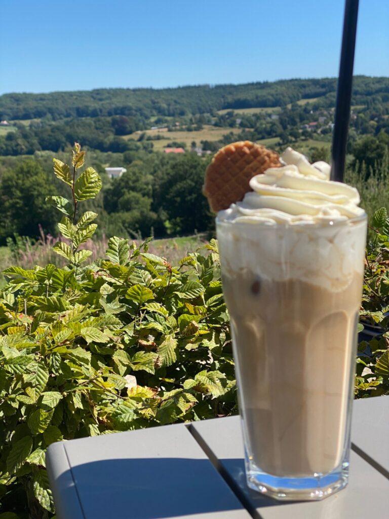 IJskoffie met baileys - Lodge in Vaals - Lunchen met uitzicht in Limburg