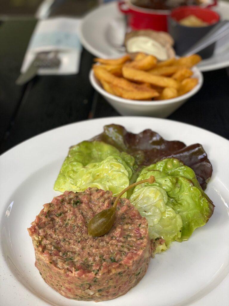 Bourgondisch genieten Maastricht - Eten bij Café Sjiek - Steak Tartare en Stoofvlees Friet
