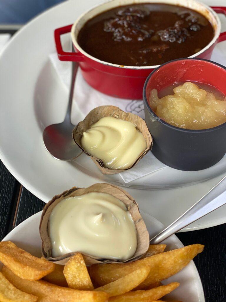 Bourgondisch genieten Maastricht - Eten bij Café Sjiek - Stoofvlees Friet met mayonaise en appelmoes