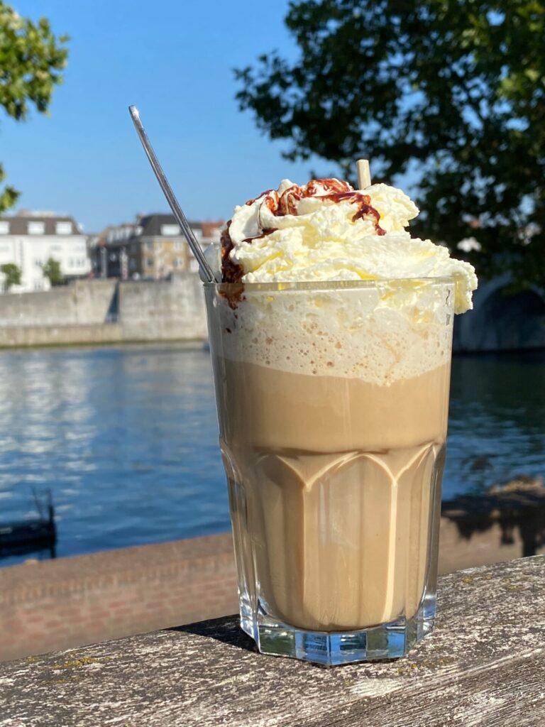 IJskoffie drinken in Maastricht  aan de Maas - Bourgondisch leven in maastricht