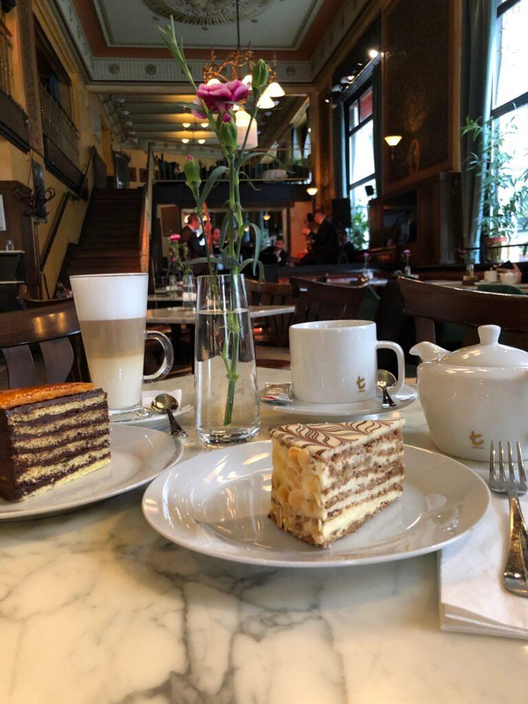 Taart en koffie bij Koffiehuis Central in Boedapest Centrum - 20 tips voor Boedapest ontdekken van Foodblog Foodinista