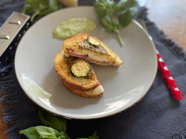 Italiaanse tosti uit de airfryer - Tosti met salami, mozarella, courgette en pesto - Foodblog Foodinista