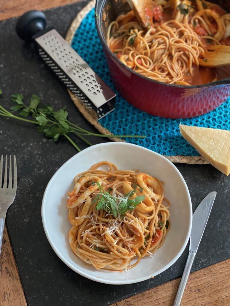 Spaghetti met inktvis in tomatensaus - Foodblog Foodinista