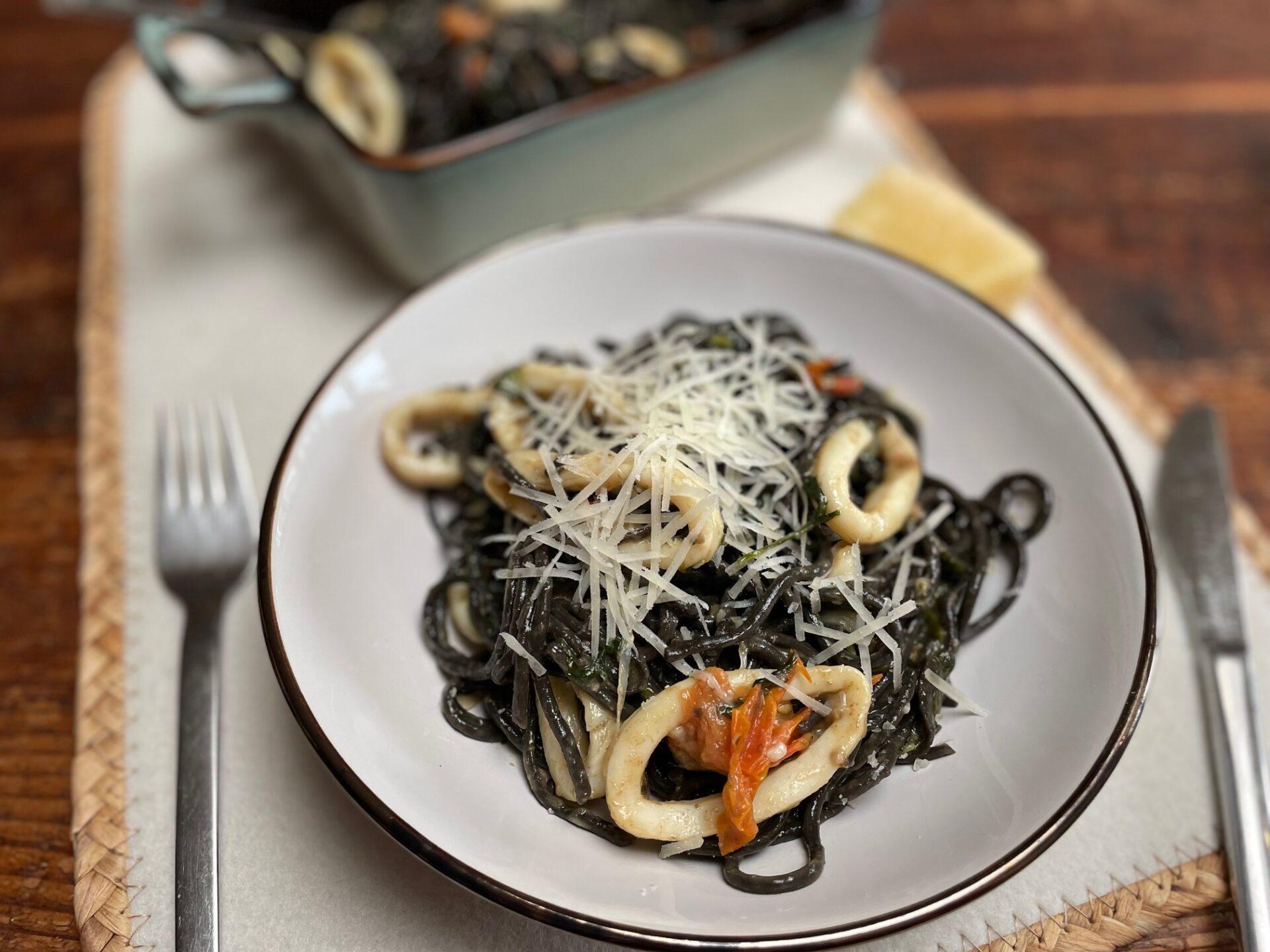 Zwarte pasta met inktvis, tomaat en spinazie - Foodblog Foodinista